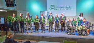 Mitglieder des Behindertenrates halten Buchstaben mit dem neuen Namen