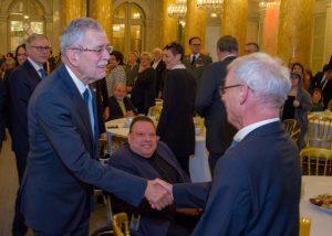 Bundespräsident schüttelt die Hand vom Behindertenanwalt