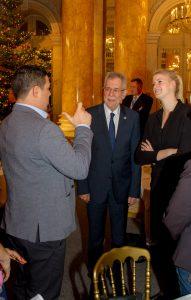 Bundespräsident mit Gebärdendolmetscherin und einem Gast