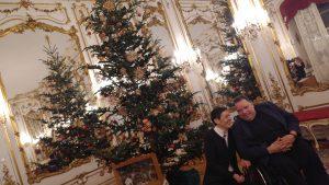 G. Sprengseis und H. Pichler vor Weihnachtsbaum