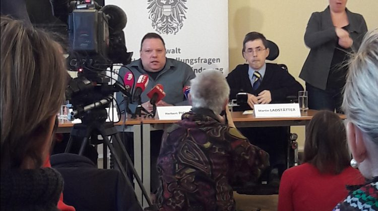 Herbert Pichler neben Martin Ladstätter, Kameras sind auf Sie gerichtet. rechts gebärdet eine ÖGS-Dolmetscherin