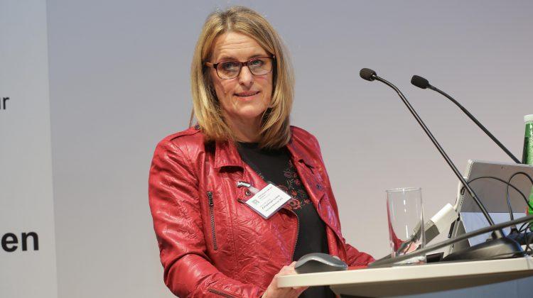 Ulrike Königsberger-Ludwig spricht auf einem Podium an einem Rednerpult