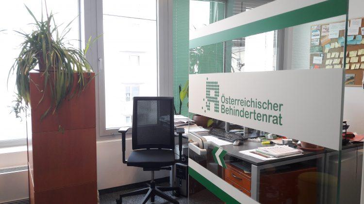 Offene Büroglastür, Blick auf Bürodrehstuhl und ARbeitsplatz