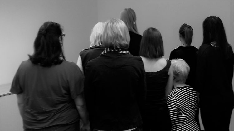 Gruppe von Frauen kehrt Fotograf den Rücken zu