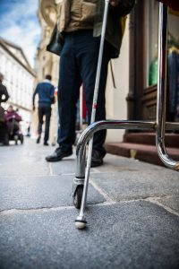 Langstock verhängt sich auf der Straße an einem Metallgestänge