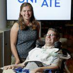 Johanna Plankensteiner und Christian Bernscherer, im Rollstuhl liegend, beide lächelnd.