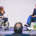 Zwei Personen auf der Bühne sitzend im Gespräch