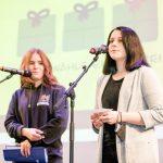 2 Schülerinnen auf der Bühne